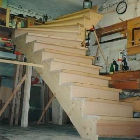 Aufgesattelte Treppe in Fichte und Buche