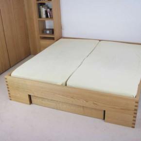 Doppelbett aus Roteiche mit Bettkasten