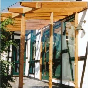 Pergola mit seitlichem Windschutz aus Glas