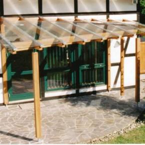 Assymetrische Pergola auf halbrunder Terrasse