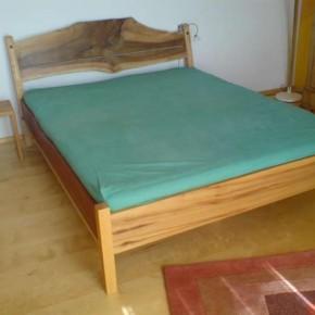 Bett aus verschiedenen Hölzern