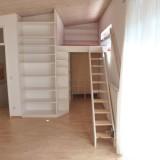 Schlafgalerie mit Treppe und Regalen mit verstellbaren Einlegeböden. Materialien: Fichte massiv weiß lasiert und Ahorn massiv geölt